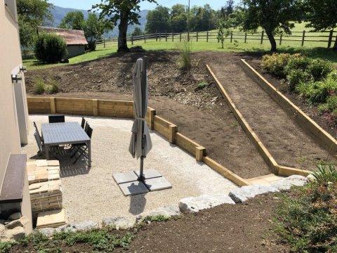 Paysagiste Arbin spécialisé création de mur de bois en pin traité et gardien en pierre naturelle avec pose de gazon