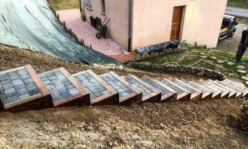 Escalier en Pin traité classe 4 brun, giron en pavés de Grésy