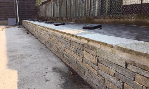 Mur en pierre de luzerne