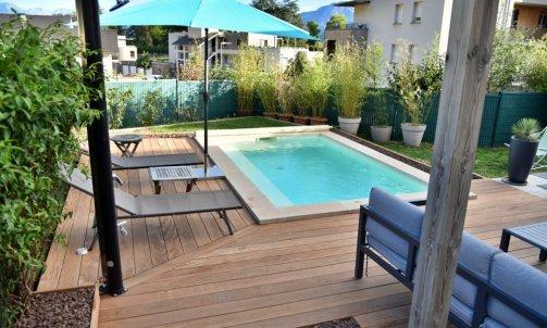 """Terrasse en bois exotique type """"cumaru"""" et bordure en pouzzolane concassé"""