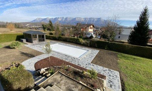 Terrasse en pavé, massif en pouzzolane concassé et réfection du gazon