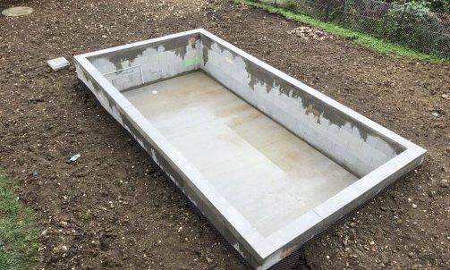 Structure en béton armé pour implantation d'un spa, réseaux d'eau pour vidange du spa, puit perdu et nivelage des terres