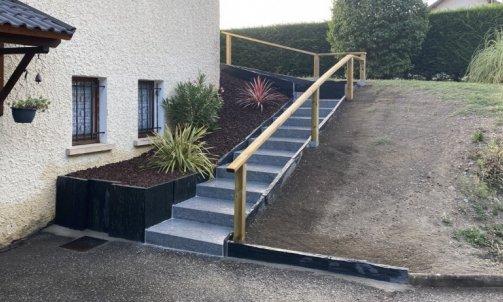 Escalier en bloc marche granit, bordure et jardinière en ardoise, main courante en pin traité autoclave classe 4, paillage en pouzzolane concassé, plantation